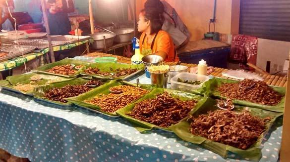 Рынок на кароне около храма